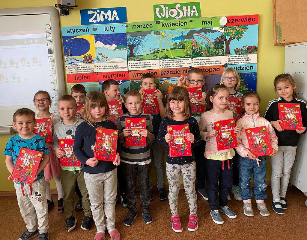 13.Grupa dzieci prezentująca książkę Bajki rymowanki