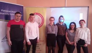 Wicedyrektor ZPEW w Gołdapi w raz z uczestnikami konkursu