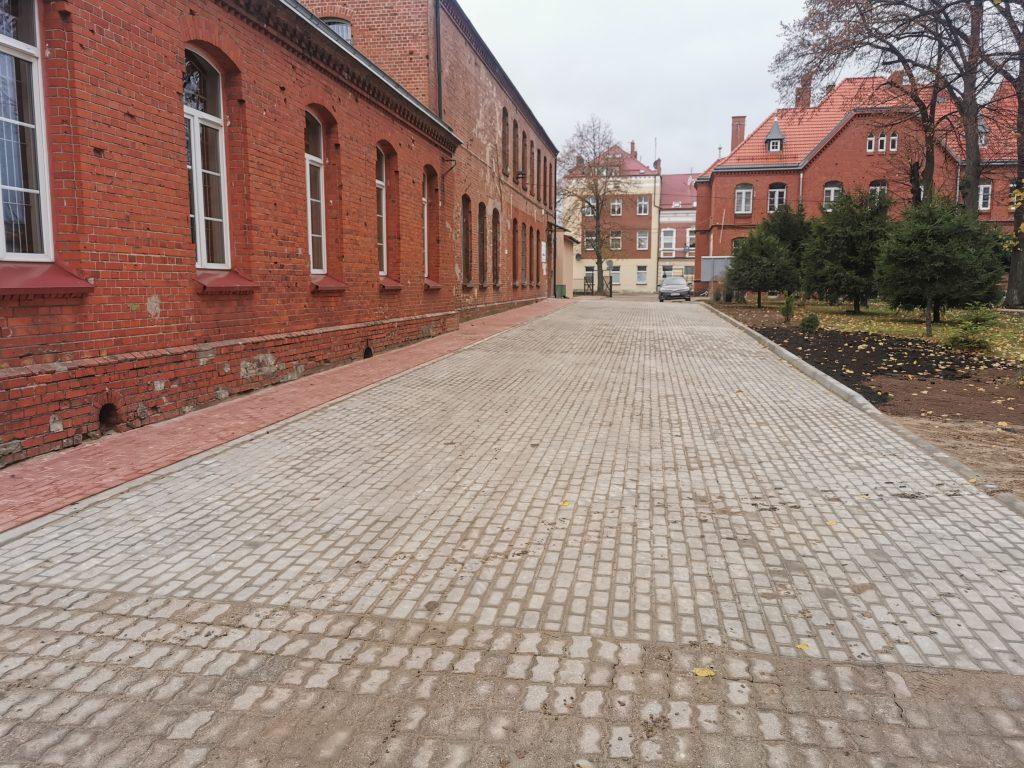 Chodnik przed budynkiem Zespołu Szkół Zawodowych w Gołdapi