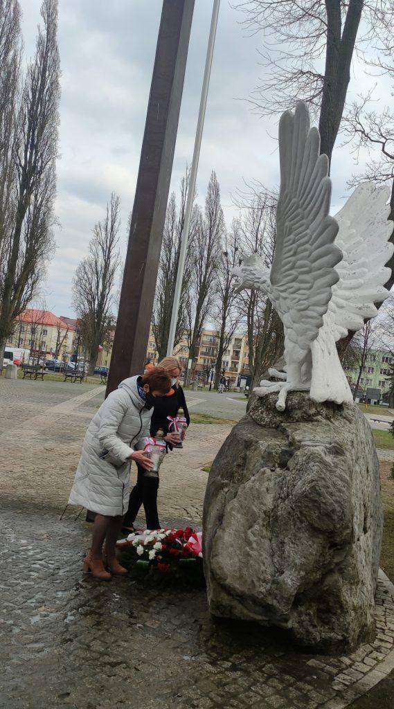 Delegacja powiatu gołdapskiego składa wieniec i zapala symboliczny znicz pod Pomnikiem NIepodległości w Gołdapi, aby uczcić pamięć ofiar katastrofy smoleńskiej.