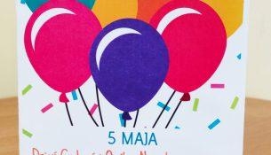 Kartka przedstawiająca kolorowe balony i napis 5 maja Dzień Godności Osób z niepełnosrawnością Intelektualną