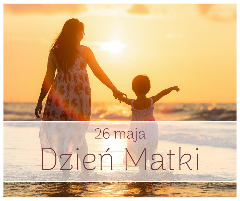 Matka z dzieckiem, w tle morze i zachód słońca