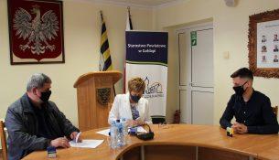 Starosta gołdapski Marzanna Wardziejewska podpisuje umowę z wykonawcą inwestycji.