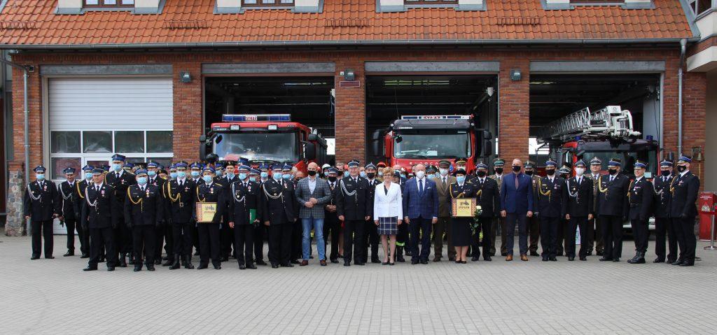 Zdjęcie grupowe podczas Powiatowych Obchodów Dnia Strażaka.