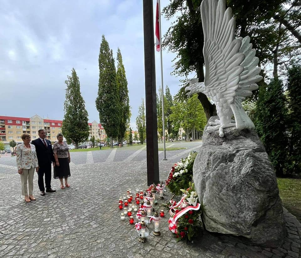 Delegacja powiatu gołdapskiego oddaje hołd powstańcom warszawskim pod pomnikiem niepodległości w Gołdapi