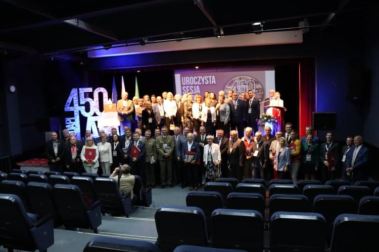 Pamiątkowe zdjęcie grupowe zgromadzonych w sali widowiskowej DK podczas uroczystych obchodów.