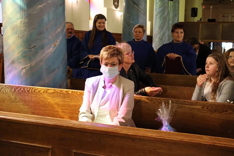 Starosta gołdapski Marzanna Wardziejewska w ławce w kościele podczas V Międzykulturowego Przeglądu Piosenki w Żabinie.