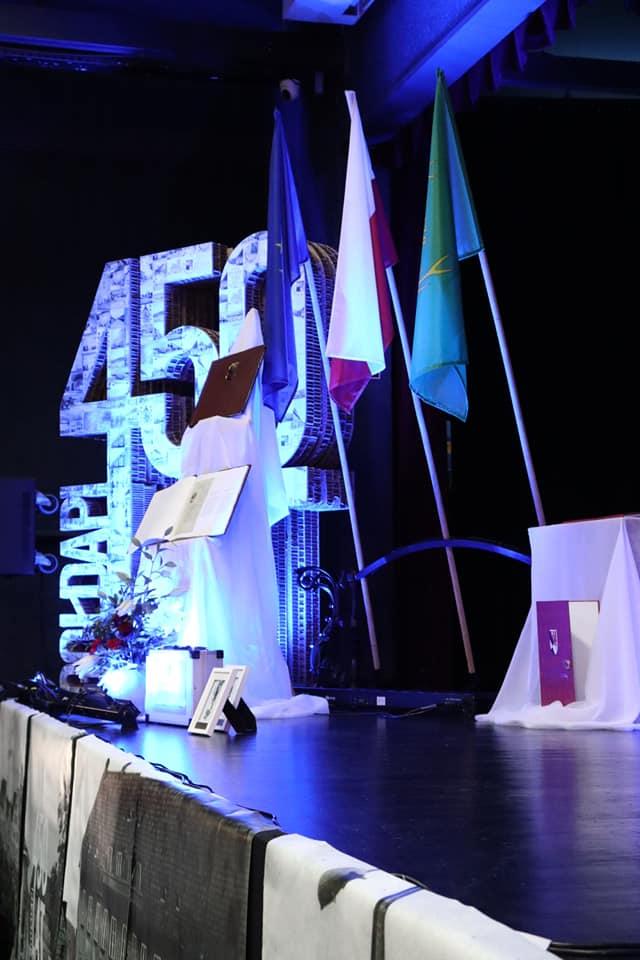 Scena w domu Kultury w Gołdapi z dekoracjami nawiązującymi do obchodów 450-lecia nadania praw miejskich Gołdapi