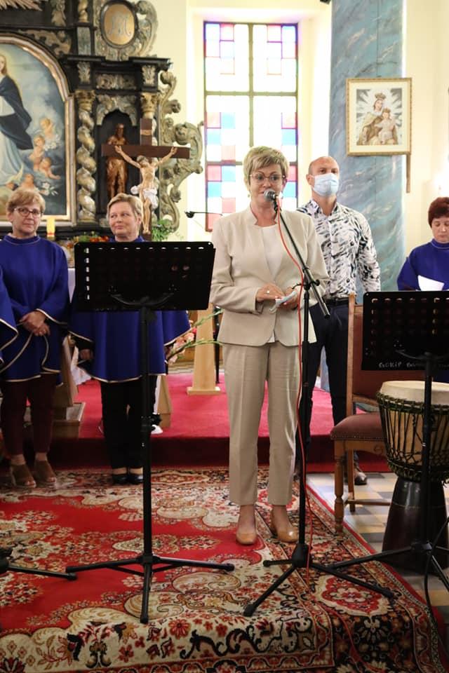 Starosta gołdapski Marzanna Wardziejewska  w kościele wita zgromadzonych podczas V Międzykulturowego Przeglądu Piosenki w Żabinie.