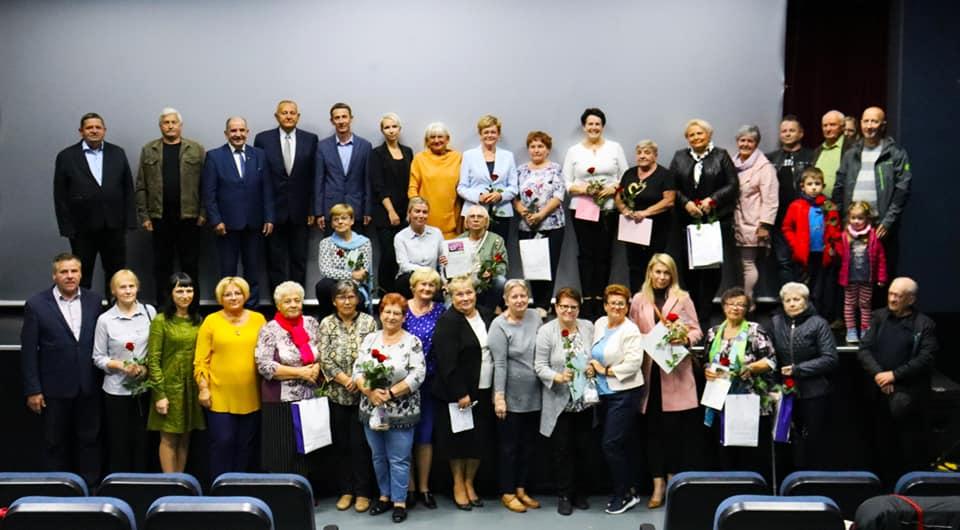 Zdjęcie grupowe skupiające uczestników konkursu, organizatorów oraz zaproszonych gości.