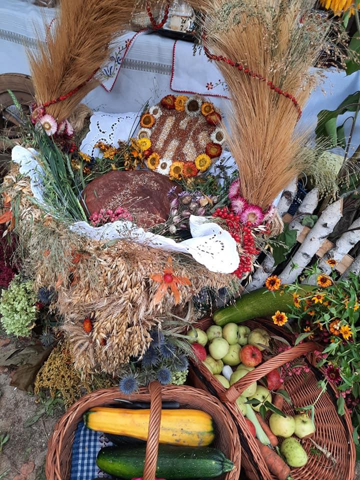 Na zdjęciu chleb, warzywa, zboże - dekoracja dożynkowa.