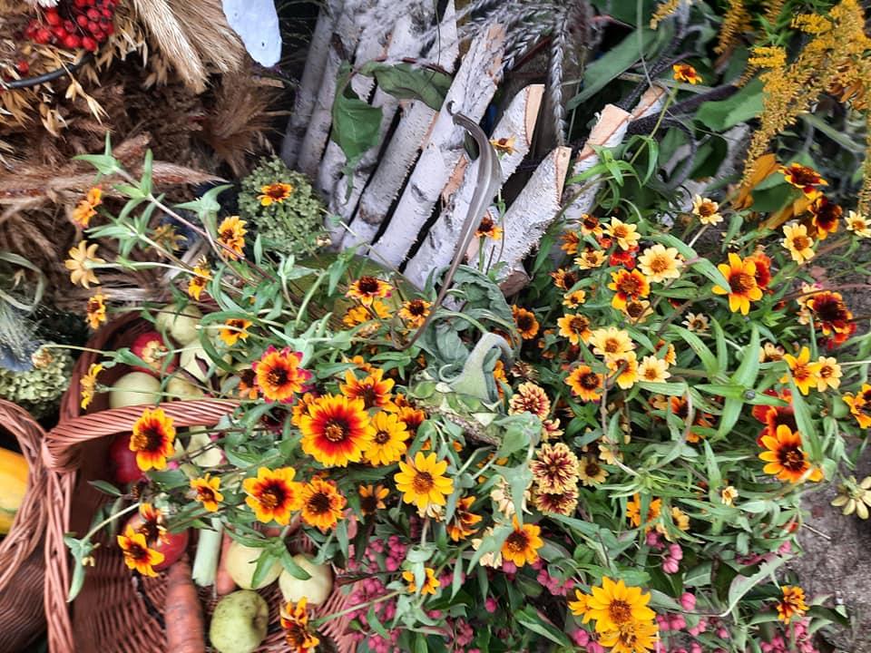 Na zdjęciu kwiaty, warzywa, zboże - dekoracja dożynkowa.