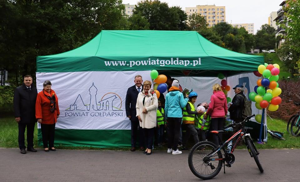 Delegacja powiatu gołdapskiego przed namiotem promocyjnym powiatu.