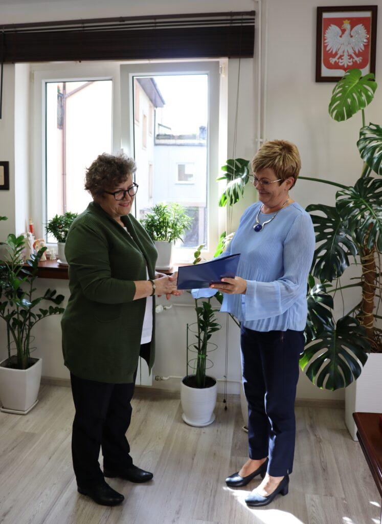 Marzanna Marianna Wardziejewska starosta gołdapski w swoim gabinecie powierza obowiązki dyrektora Poradni Psychologiczno-Pedagogicznej w Gołdapi Pani Bożenie Chilickiej, w postaci uroczystego przekazania teczki.