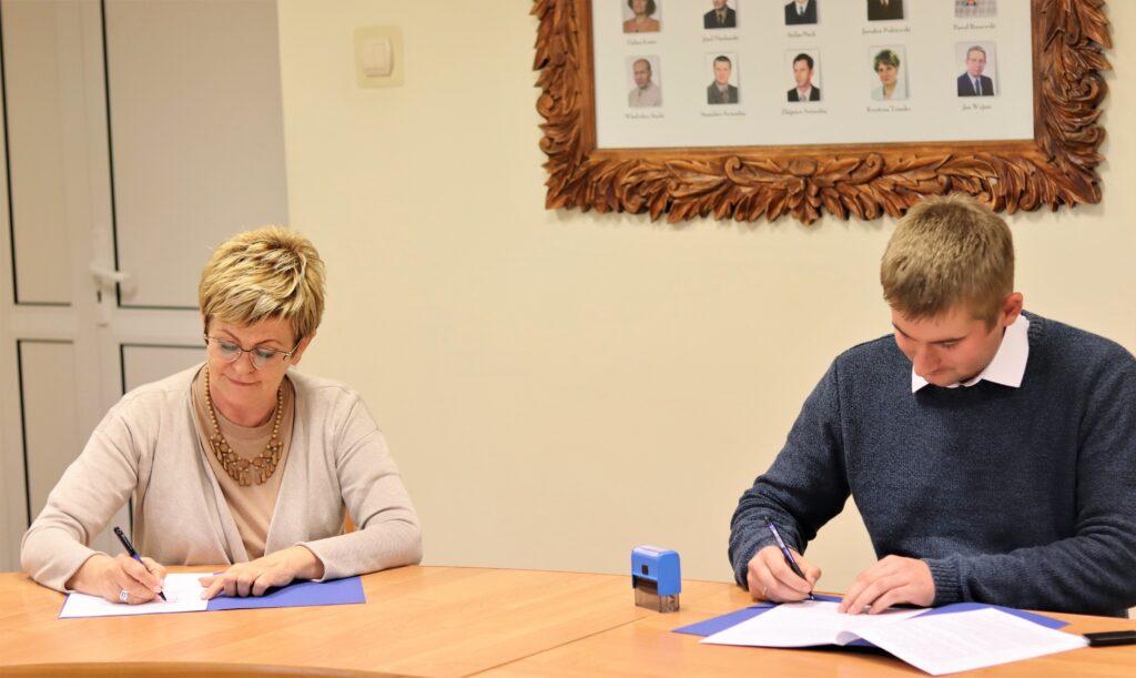 Starosta Gołdapski Marzanna Wardziejewska oraz Pan Janusz Ołów podpisują umowę.
