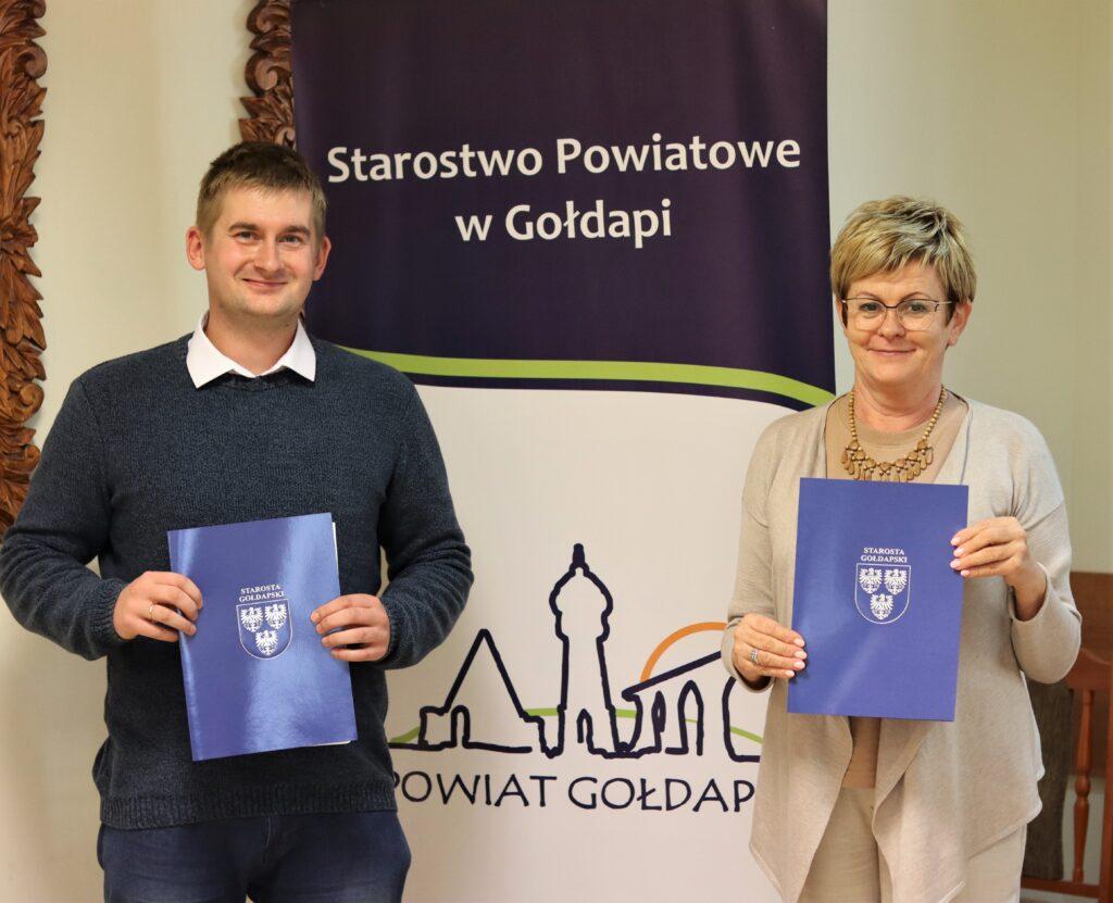 Starosta Gołdapski Marzanna Wardziejewska oraz Pan Janusz Ołów z zawartymi umowami na realizację prac.