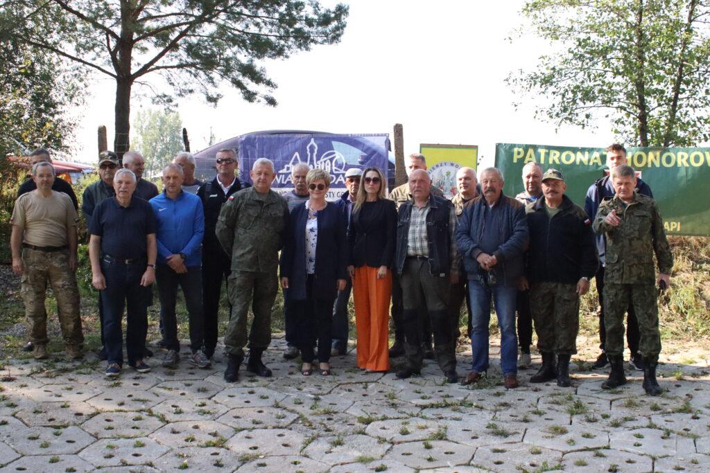Zdjęcie grupowe uczestników zawodów strzeleckich oraz zaproszonych gości.