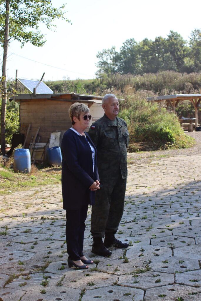 Starosta gołdapski Marzanna Wardziejewska oraz Stanisław Miernik przemawiają do zebranych.