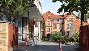 Brama wejściowa do szpitala w Gołdapi, w tle budynek szpitala.