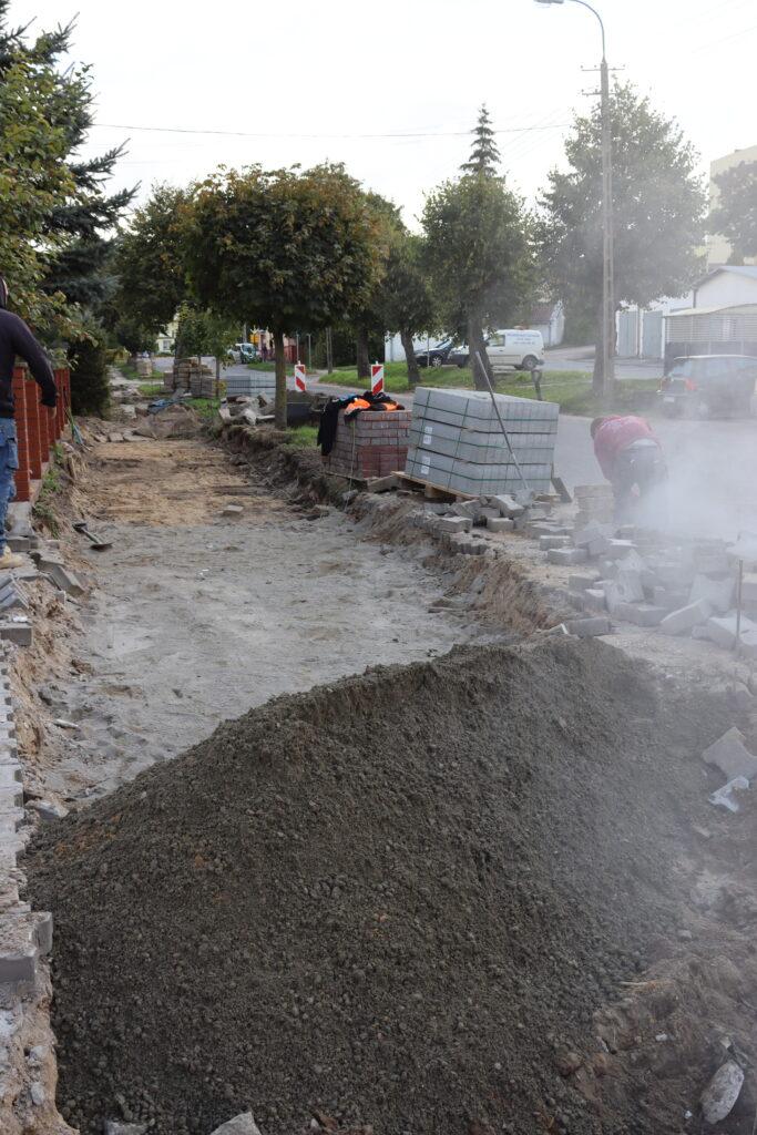 Robotnicy remontują chodnik.