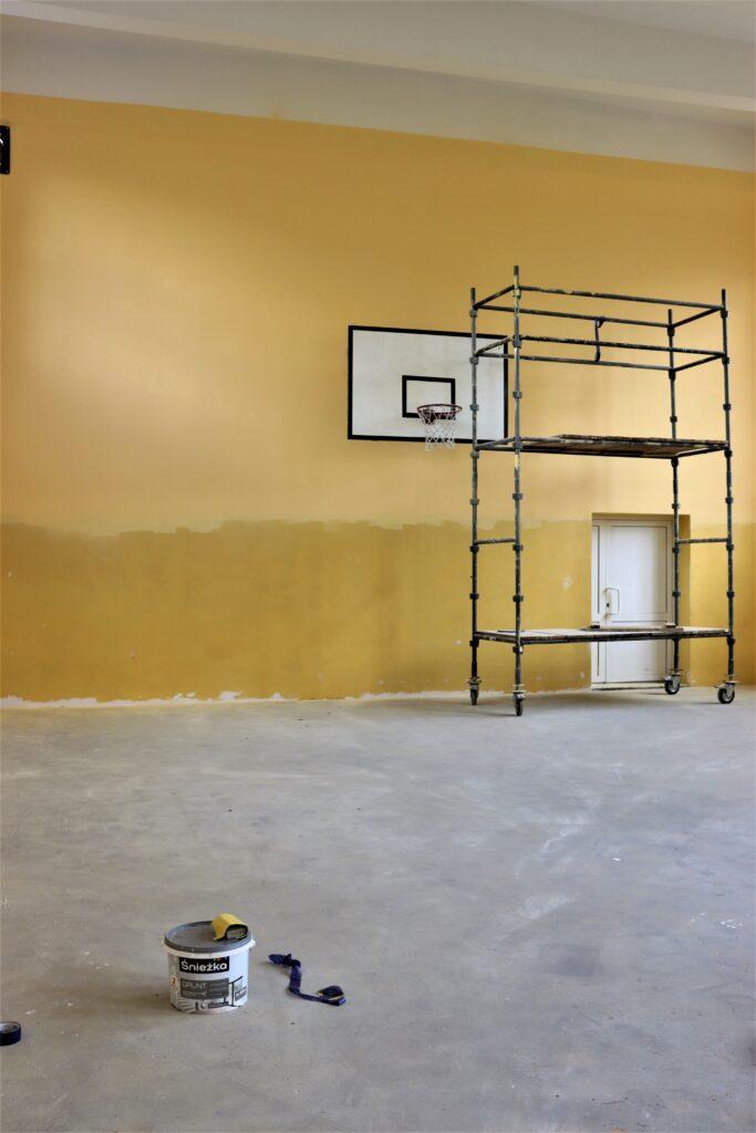 Wnętrze sali gimnastycznej w trakcie remontu.