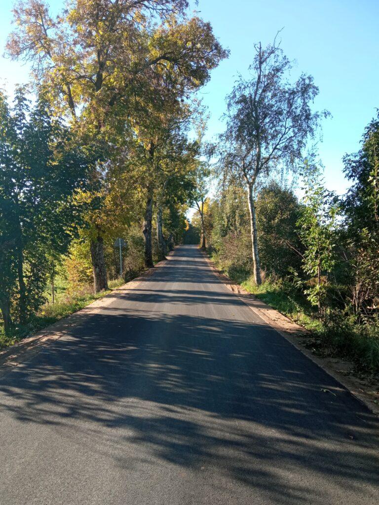 Fragment zmodernizowanej asfaltowej drogi powiatowej nr 1815N.