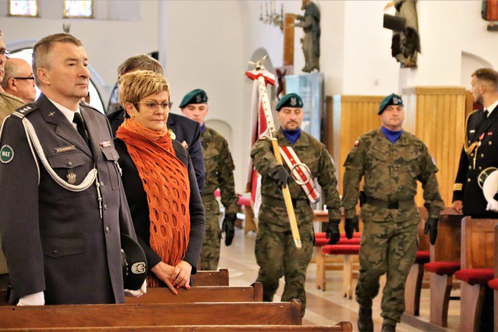 Starosta gołdapski na mszy świętej, wśród zaproszonych gości.