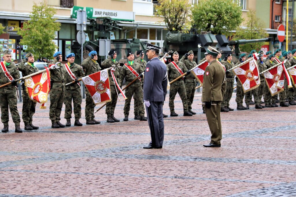 Dowódcy witają żołnierzy.