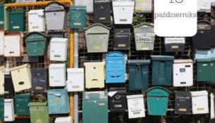 Grafika przedstawiająca kolorowe skrzynki pocztowe zawieszone na ogrodzeniu.