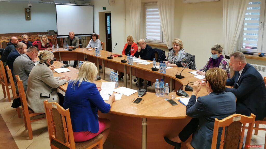 Spotkanie w sali sesyjnej starostwa, przy stole zasiedli: przedstawiciele mieszkańców miasta, Rady Miejskiej w Gołdapi, spółki GoldMedica oraz Zarząd Powiatu.