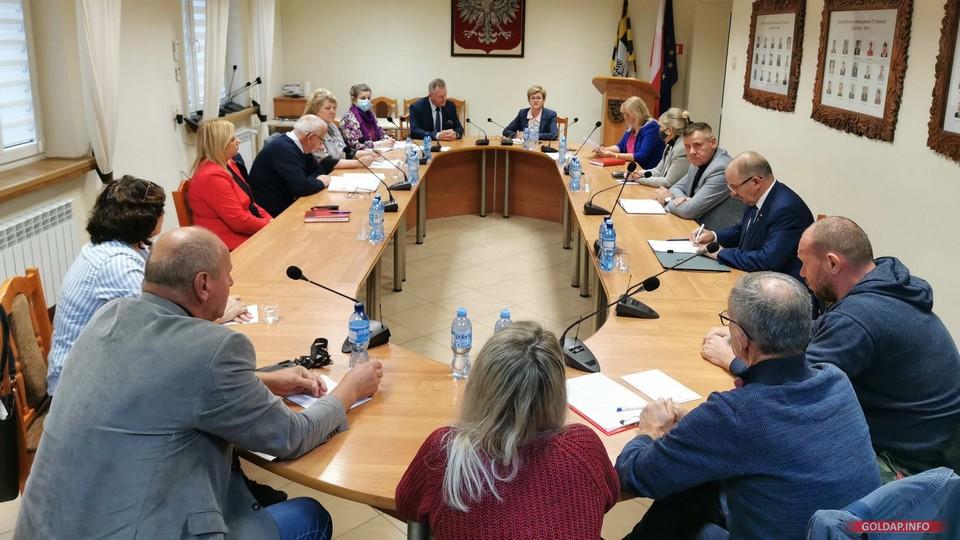 Spotkanie w sali sesyjnej starostwa, przy stole zasiedli: przedstawiciele mieszkańców miasta, Rady Miejskiej w Gołdapi, spółki GoldMedica oraz Zarząd Powiatu