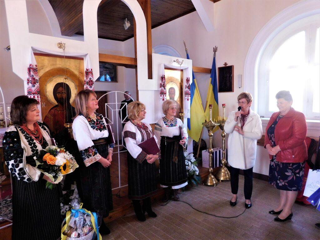 Starosta i przewodnicząca rady Powiatu gratulują zespołom występu.