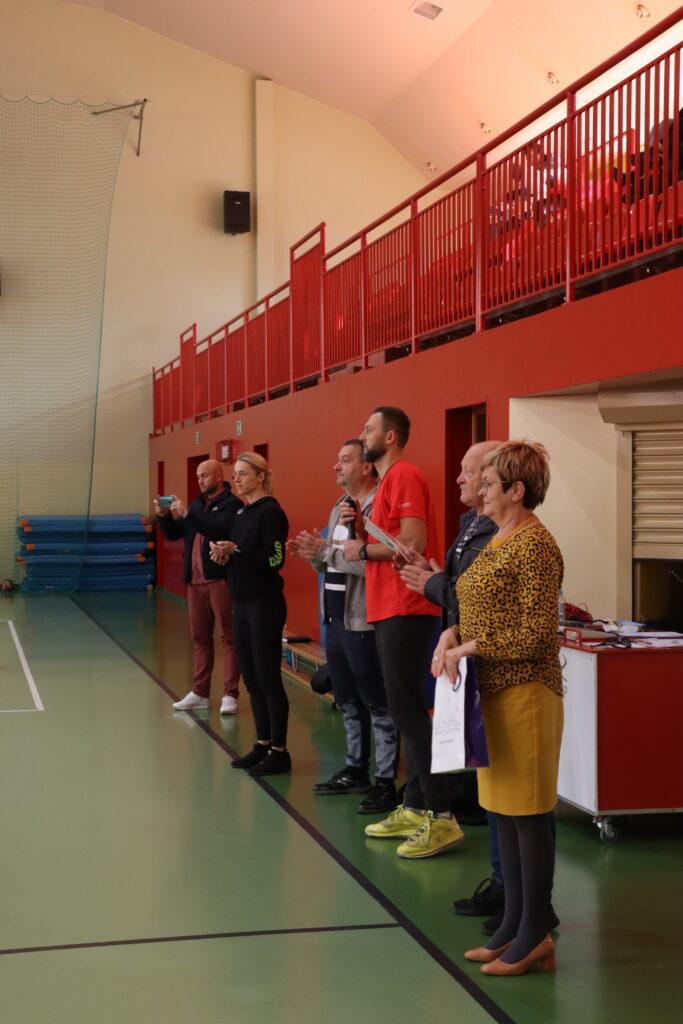 Starosta gołdapski Marzanna Wardziejewska, Prezes i Sekretarz Gołdapskiego Szkolnego Związku Sportowego oraz trenerzy drużyn podczas uroczystego otwarcia.