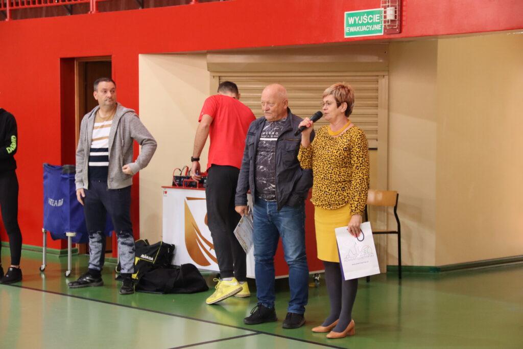 Starosta gołdapski Marzanna Wardziejewska przemawia, w kadrze także Prezes i Sekretarz Gołdapskiego Szkolnego Związku Sportowego oraz trenerzy drużyn.