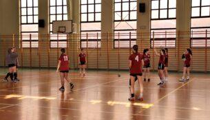 Jedna z drużyn dziewcząt rywalizuje na sali gimnastycznej.